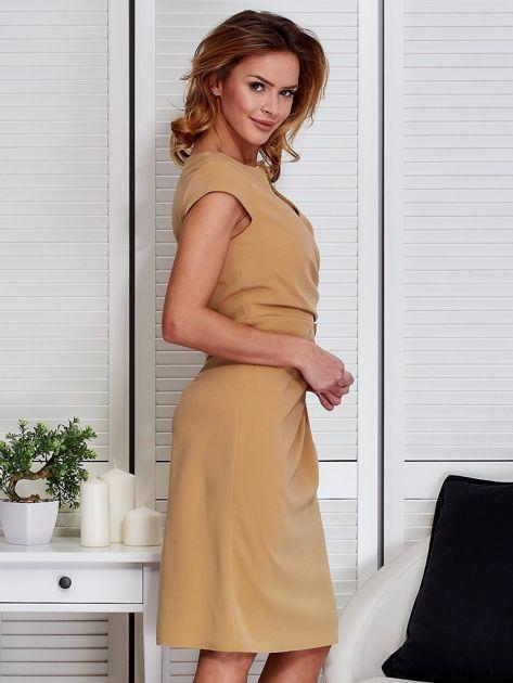999da211c2 Sukienka beżowa z drapowaniem i ozdobnym kwiatem - Sukienka ...