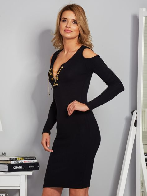 Sukienka cold shoulder ze złotym łańcuszkiem czarna                              zdj.                              5