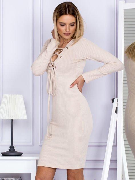 Sukienka damska w prążek ze sznurowaniem przy dekolcie beżowa                                  zdj.                                  5