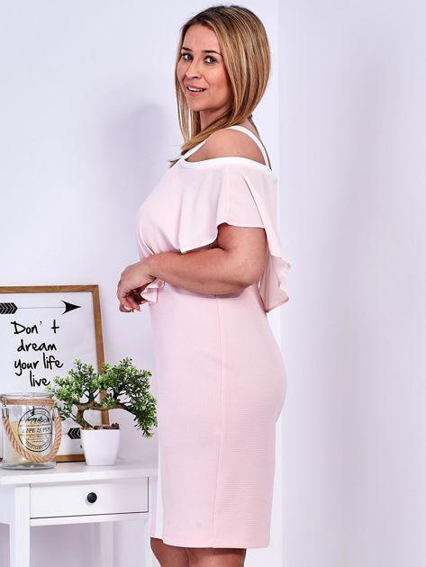 Sukienka jasnoróżowa z wycięciami na ramionach PLUS SIZE                              zdj.                              3