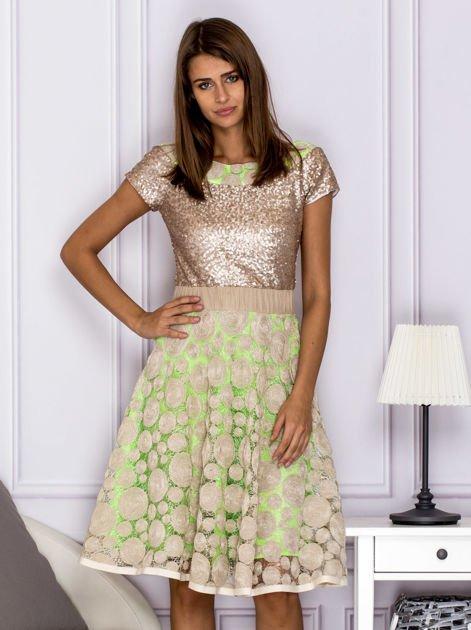 Sukienka koktajlowa z cekinami w geometryczne wzory beżowa                                  zdj.                                  1