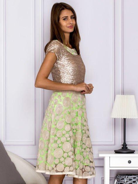 Sukienka koktajlowa z cekinami w geometryczne wzory beżowa                              zdj.                              3