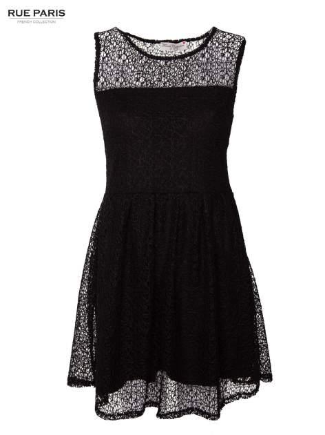 Sukienka pokryta misternie tkaną czarną koronką