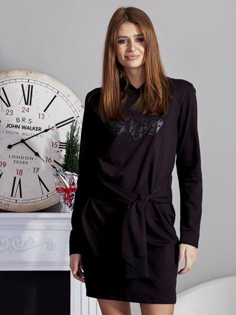 Sukienka z kapturem i ozdobnym paskiem czarna                              zdj.                              1