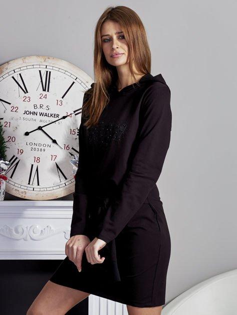 Sukienka z kapturem i ozdobnym paskiem czarna                              zdj.                              3