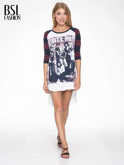 Sukienka z nadrukiem rockowym i reglanowymi rękawami w bordowe paski                                  zdj.                                  4