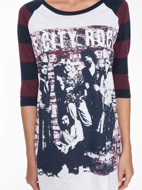 Sukienka z nadrukiem rockowym i reglanowymi rękawami w bordowe paski                                  zdj.                                  6