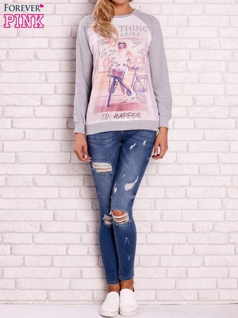 Szara bluza z nadrukiem dziewczyny i napisem                                  zdj.                                  2