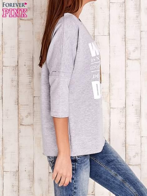 Szara bluzka oversize z nadrukiem i surowym wykończeniem                                  zdj.                                  3