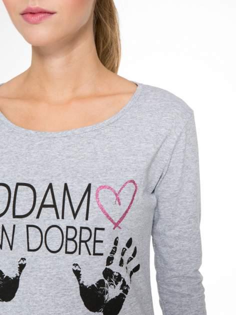 Szara bluzka z nadrukiem ODDAM W DOBRE RĘCE                                  zdj.                                  6