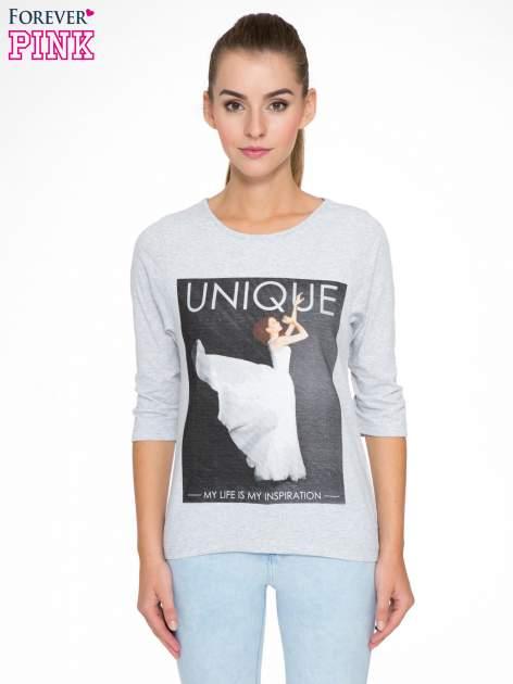 Szara bluzka z nadrukiem kobiety i napisem UNIQUE
