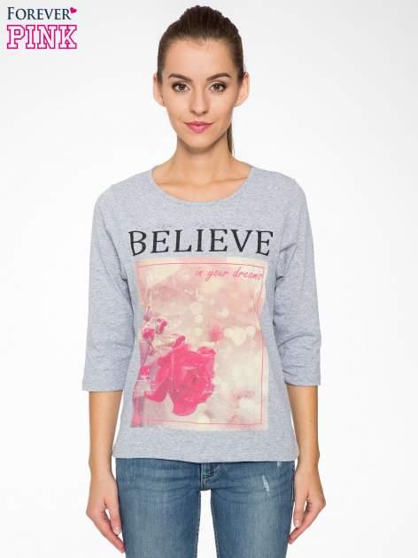 Szara bluzka z nadrukiem róży i napisem BELIEVE