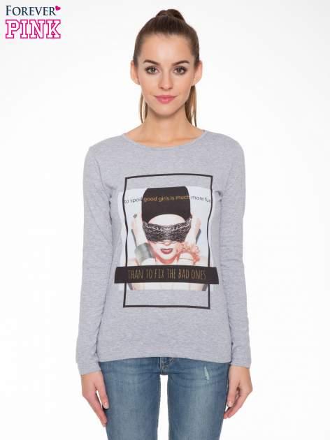 Szara bluzka z portretem kobiety i napisem GOOD GIRLS...