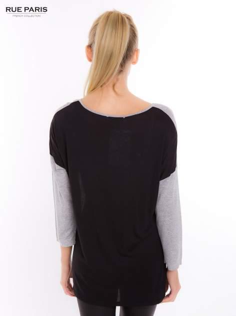Szara dresowa bluzka z przedłużanym tyłem w kolorze czarnym                                  zdj.                                  3
