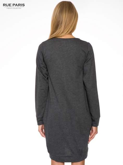 Szara dresowa sukienka oversize z ozdobnymi kieszeniami                                  zdj.                                  5