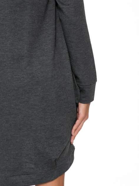 Szara dresowa sukienka oversize z ozdobnymi kieszeniami                                  zdj.                                  9