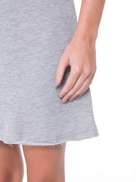 Szara dresowa sukienka ze wstawkami ze skóry przy rękawach                                  zdj.                                  7