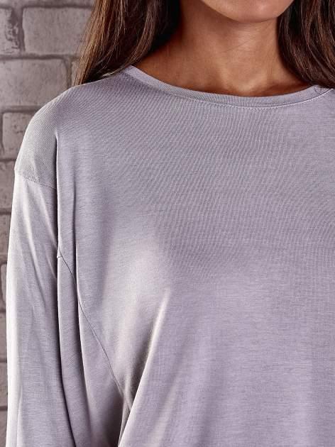 Szara gładka bluzka z dłuższym tyłem                                  zdj.                                  6
