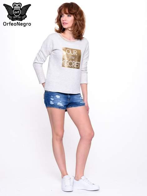 Szara pikowana bluza w stylu glamour ze złotym nadrukiem i lamówką                                  zdj.                                  3