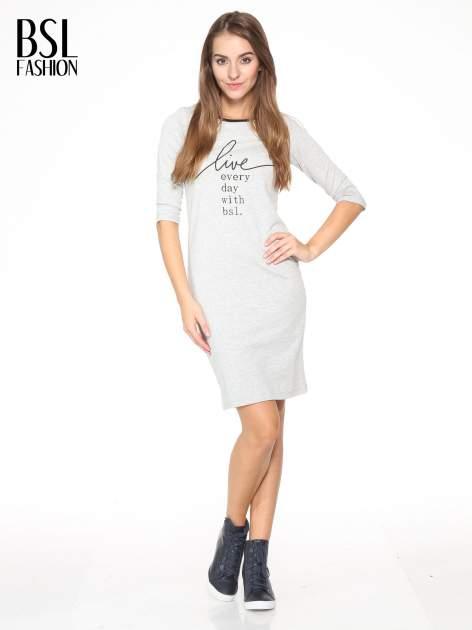 Szara prosta sukienka dresowa z napisem                                  zdj.                                  2