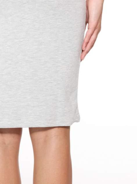 Szara prosta sukienka dresowa z napisem                                  zdj.                                  8