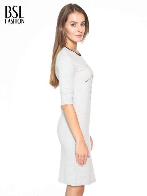 Szara prosta sukienka dresowa z napisem                                  zdj.                                  3