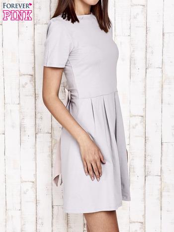 Szara sukienka dresowa wiązana na kokardę z tyłu                                  zdj.                                  3