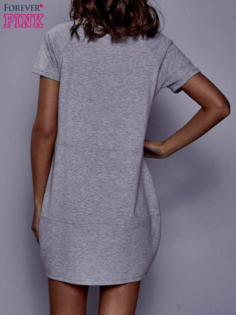 Szara sukienka dresowa z kieszenią z boku                                  zdj.                                  4