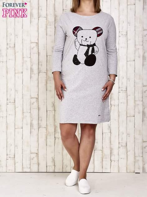 Szara sukienka dresowa z misiem PLUS SIZE                                  zdj.                                  2