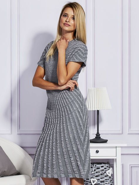 Szara sukienka w tłoczony wzór                              zdj.                              3