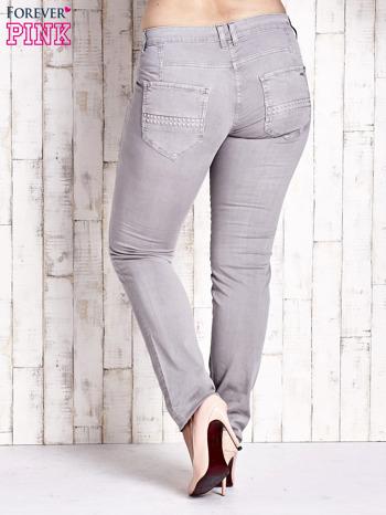 Szare dopasowane spodnie z tłoczeniami PLUS SIZE                                  zdj.                                  2