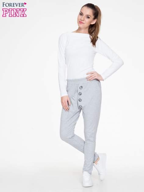 Szare dresowe spodnie baggy z guzikami i ozdobnymi kieszonkami                                  zdj.                                  4