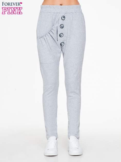 Szare dresowe spodnie baggy z guzikami i ozdobnymi kieszonkami                                  zdj.                                  1