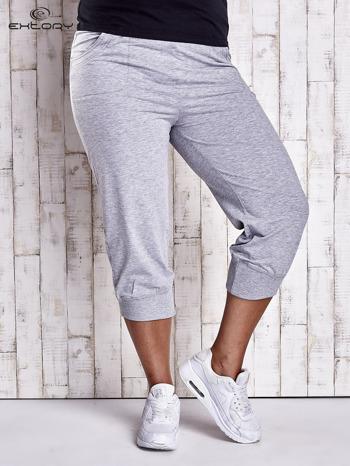Szare dresowe spodnie capri z kieszonkami PLUS SIZE                                  zdj.                                  1