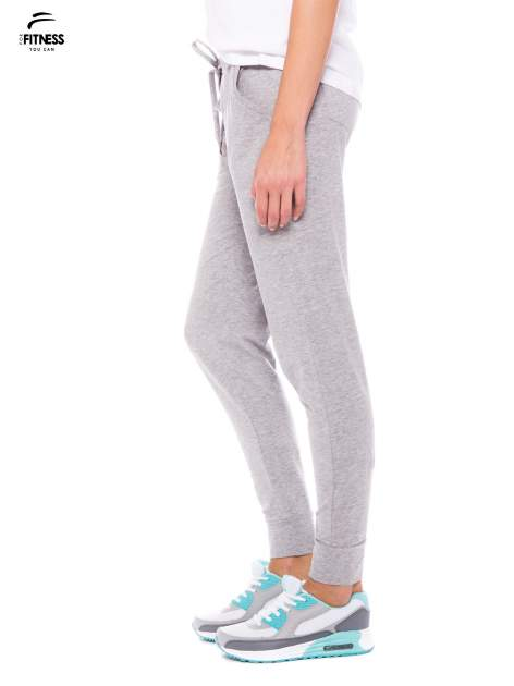 Szare dresowe spodnie damskie ze ściągaczem i błyszczącym sznurkiem                                  zdj.                                  2