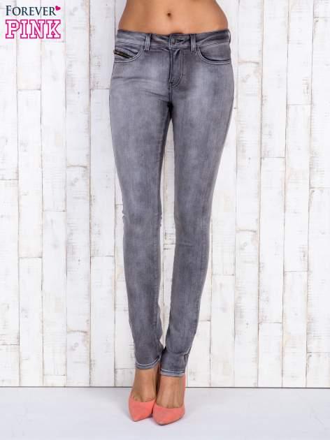 Szare jeansowe spodnie rurki z przetarciami i kieszenią
