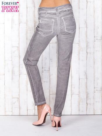 Szare jeansowe spodnie skinny z brokatem i dekatyzacją                                  zdj.                                  2
