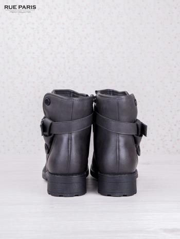 Szare skórzane botki eco leather na klocku z marszczoną cholewką i zapinanym paskiem                              zdj.                              4