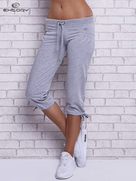 Szare spodnie capri z boczną kieszonką i dżetami                                  zdj.                                  1