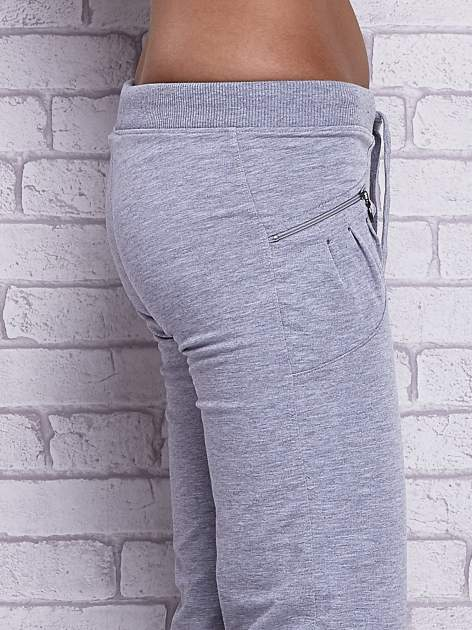 Szare spodnie capri z boczną kieszonką i dżetami                                  zdj.                                  5
