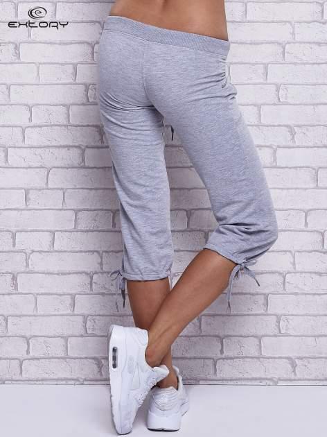 Szare spodnie capri z boczną kieszonką i dżetami                                  zdj.                                  2