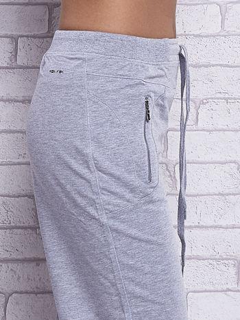 Szare spodnie capri z kieszeniami na suwak                                  zdj.                                  4