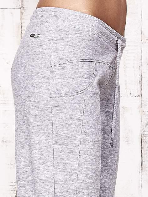Szare spodnie dresowe capri z aplikacją z dżetów                                  zdj.                                  5