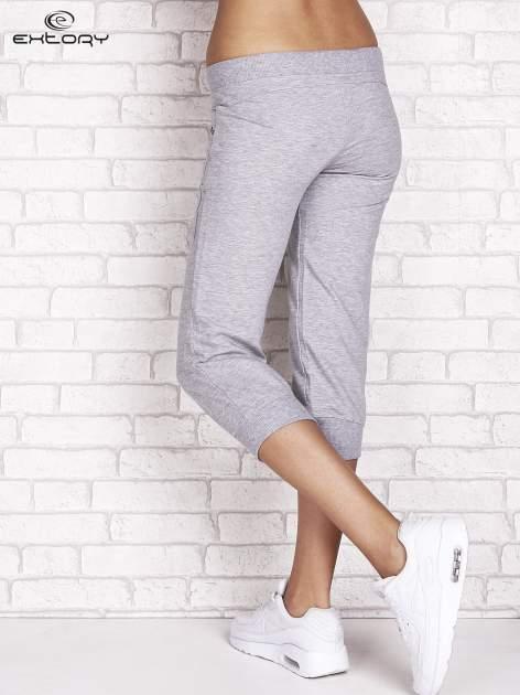 Szare spodnie dresowe capri z dżetami na kieszeniach                                  zdj.                                  2