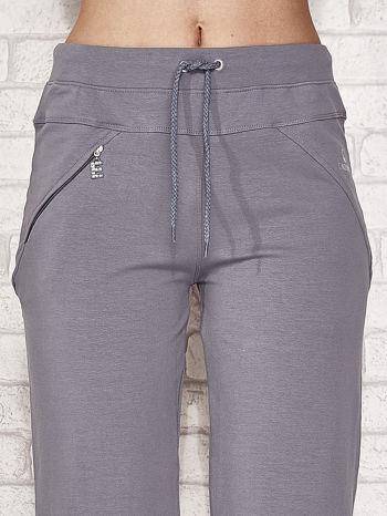 Szare spodnie dresowe capri z kieszonką                                  zdj.                                  4