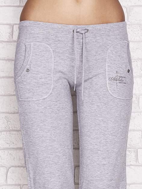 Szare spodnie dresowe capri z napami                                  zdj.                                  4