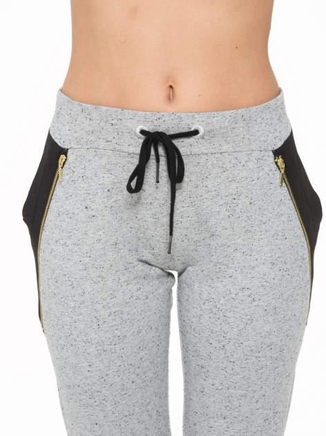 Szare spodnie dresowe damskie z suwakiem i kontrastowymi wstawkami po bokach                                  zdj.                                  7