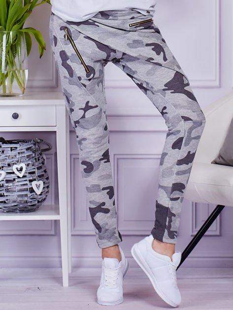 Szare spodnie dresowe moro z ukośnymi przeszyciami                                  zdj.                                  1