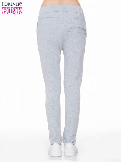 Szare spodnie dresowe typu baggy z ozdobnym zamkiem                                  zdj.                                  4