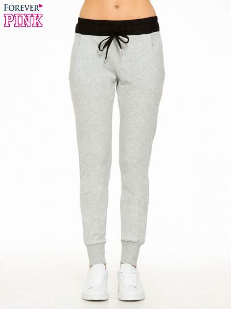 Szare spodnie dresowe z elastycznym kontrastowym pasem                                  zdj.                                  1